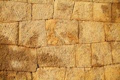 Steinwand des hampi Forts stockbild
