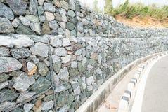 Steinwand - für schützen Sie Felsen fallen unten und Abnutzung vom Hügel lizenzfreies stockfoto