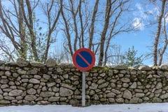 Steinwand im Schnee lizenzfreies stockbild