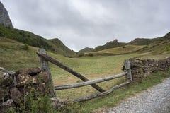 Steinwand im Tal des Flusses Trabanco Stockbild