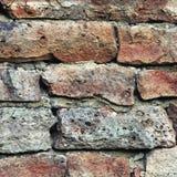 Steinwand-Makronahaufnahme, legen Musterhintergrund, alten gealterten verwitterten roten und grauen Schmutzkalksteindolomit Stein Stockfotos