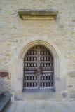 Steinwand mit abgehaltener Holztür Stockbilder