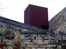 Steinwand mit dem Kontrastieren von Rusty Finished New Addition Lizenzfreies Stockfoto
