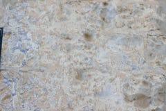 Steinwand mit einer vielschichtigen alten Taumelschwingungstünchebeschaffenheit Lizenzfreies Stockbild