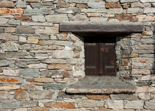Steinwand mit Fenster Stockfoto