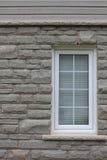 Steinwand mit Fenster-Hintergrund Stockfotografie