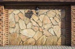 Steinwand mit Laterne Lizenzfreies Stockbild