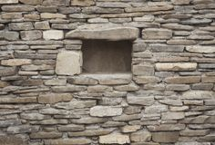 Steinwand mit Loch für Ablagerung stockfotos
