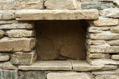 Steinwand mit Loch für Ablagerung lizenzfreie stockfotografie