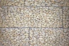 Steinwand mit Maschendraht für Hintergrund Lizenzfreie Stockfotos