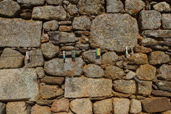 Steinwand mit Metallschnuraufhänger und -Kleiderhaken Lizenzfreie Stockfotografie