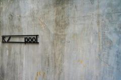 Steinwand mit Pool-Zeichen, Lizenzfreies Stockfoto