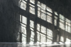 Steinwand mit Schatten vom Fenster Hintergrund Stockfotos