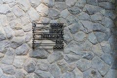 Steinwand mit Zeichenbrett Stockfotos