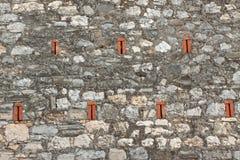 Steinwand mit Ziegelsteinelementen stockfotos