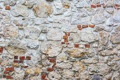 Steinwand mit Ziegelsteinen Stockbilder