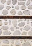Steinwand mit zwei Holzbalken Lizenzfreie Stockfotografie