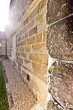 Steinwand schließt oben, erhellt mit Sonnenaufgang lizenzfreie stockfotografie