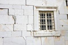 Steinwand tief geknackt mit Fenster - Konzeptbildhintergrund stockfoto