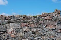 Steinwand und blauer Himmel Stockbilder