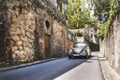 Steinwand und braunes Auto in Quinta da Regaleira Sintra, Portugal Lizenzfreies Stockbild
