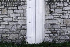 Steinwand-und Holz-Gatter Stockfoto