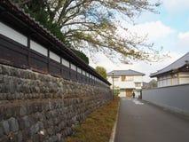 Steinwand und leere Straße Stockfotografie