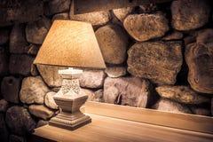 Steinwand und stilvolle Lampe lizenzfreie stockfotografie