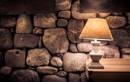 Steinwand und stilvolle Lampe stockbild