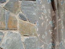 Steinwand und Trennvorhang Lizenzfreies Stockfoto