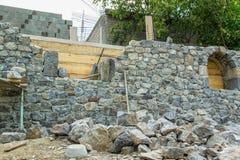 Steinwand während des Baus Stockfoto