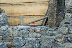 Steinwandbau- und -maurerarbeitwerkzeuge stockfotos