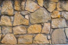 Steinwandbeschaffenheit von den gelben Steinziegelsteinen Hintergrund Stockbild