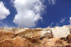 Steinwanddekoration auf blauem Himmel und weißer Wolke Stockfotografie