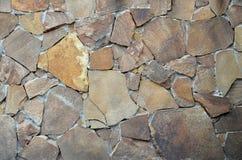 Steinwandhintergrund - Gebäudefunktion Beschaffenheit der starken und starken Wand der rauen Steine von verschiedenen Formen und  Stockfotografie