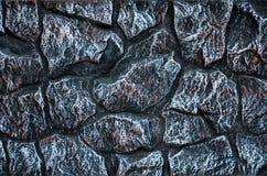 Steinwandhintergrund - Gebäudefunktion Beschaffenheit der starken und starken Wand der rauen Steine von verschiedenen Formen und  Stockbild