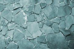 Steinwandhintergrund - Gebäudefunktion Beschaffenheit der starken und starken Wand der rauen Steine von verschiedenen Formen und  Stockfoto