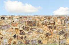 Steinwandhintergrund und blauer Himmel Stockbild