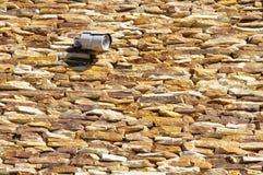 Steinwandnahaufnahme mit in Überwachungskamera Lizenzfreie Stockfotos