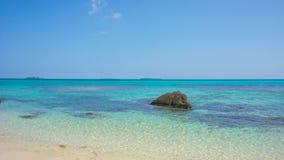 Steinwasser auf dem Strand mit sehr blauem und klarem Himmel auf karimun jawa Insel stockfotos