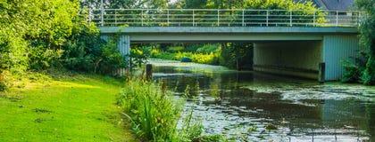 Steinwasserbrücke an einer Flusslandschaft Lizenzfreies Stockfoto