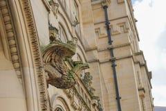 Steinwasserspeier auf der Seite eines Gebäudes Lizenzfreies Stockfoto