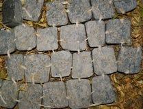 Steinweg an der alten Stadt in Europa Und scheint herein, dass dieses werden gebunden durch Seil entsteint Stockbilder