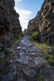 Steinweg durch Nationalpark Thingvellir in Island lizenzfreie stockfotografie