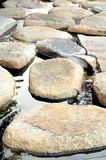 Steinweg im Wassergarten Stockfotos