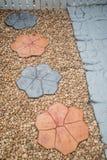 Steinwegweise in DIY-Hausgarten Beschaffenheit Hintergrund decorate Lizenzfreie Stockfotos