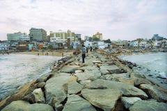 Steinwellenbrecher im südlichsten indischen Punkt Stockbild