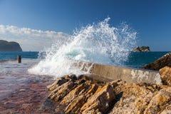 Steinwellenbrecher mit brechenden Wellen Stockfotografie