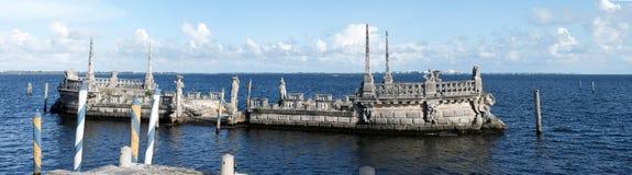 Steinwellenbrecherlastkahn am Vizcaya-Museum Stockfoto