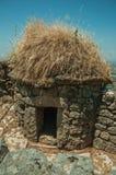 Steinzäune und kleine Hütte früher benutzt für Schweinehaltung bei Monsanto stockbilder